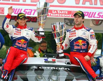 Loeb y su esposa posan con el trofeo