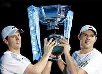 Los hermanos Bryan posan con el trofeo.