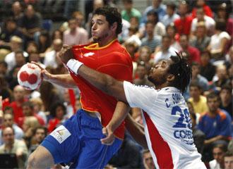 Sorhaindo agarra a Entrerríos en el encuentro que enfrentó a España contra Francia en el Palacio de los Deportes