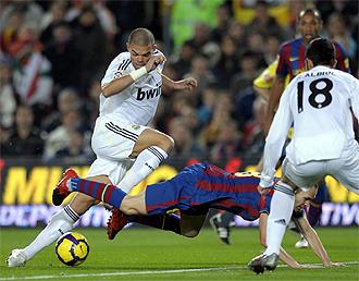 Iniesta cae ante Pepe y Albiol en un lance del partido.