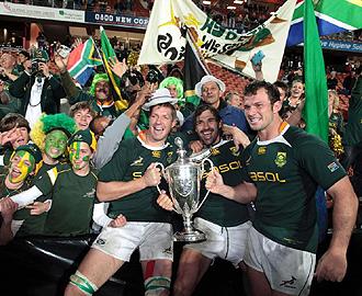 Los jugadores de Sud�frica celebran con algunos aficionados la consecuci�n del Tri Nations de 2009