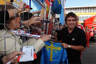 Fernando Alonso firma aut�grafos a unos aficionados en Cheste.