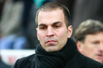 Markus Babbel con rostro serio durante un partido del Stuttgart