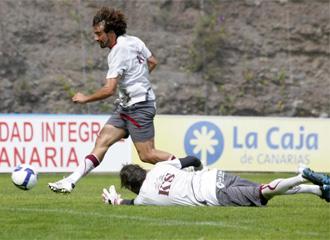 Marcos M�rquez regatea al portero en un entrenamiento