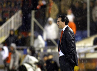 Unai Emery se cal� bajo la lluvia dando instrucciones