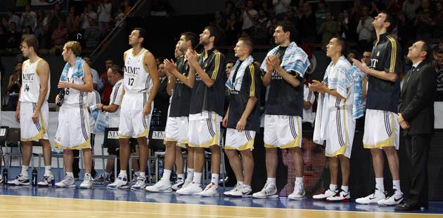 Los jugadores del Madrid aplauden durante el homenaje a Fernando Mart�n. (ACB PHOTO)