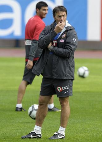 Reyes, en segundo plano, mira a Abel durante un entrenamiento.