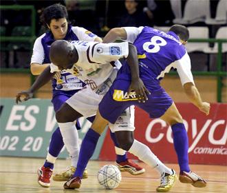 Tobe, de Caja Segovia, pelea por un balón con Nacho Pedraza
