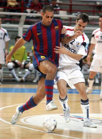 Fernandao, que estar� ausente frente al Reale, pelea por un bal�n con David, de Carnicer Torrej�n.