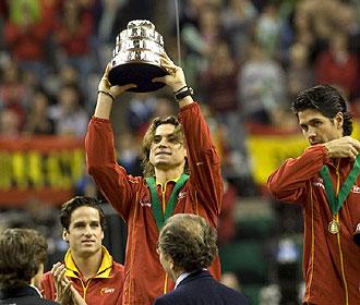 David Ferrer levanta su r�plica de la Copa Davis ante las miradas de Feliciano L�pez y Fernando Verdasco