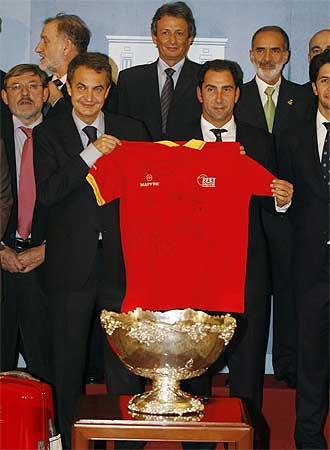 Zapatero y Albert Costa muestran la camiseta con la firma de los jugadores de la Copa Davis.