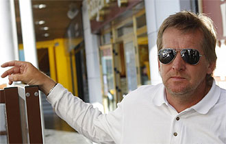 Bernd Schuster posa para MARCA en una calle de Madrid con motivo de una entrevista