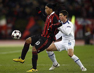 Ronaldinho controla un balón ante un defensor.