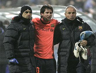 Messi se retira cojeando