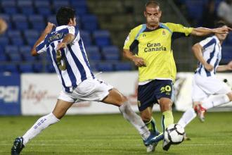 Miguel Garc�a disputa un bal�n con Carmona.