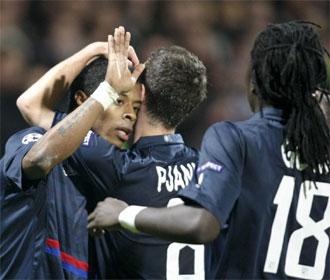 Los jugadores del Lyon celebran un tanto.
