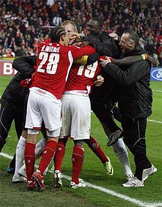 Bolat celebra con sus compa�eros su tanto en el minuto 94 de partido.