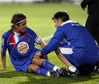 Cortés es atendido durante el encuentro de Copa que enfrentó al al equipo azulón con el Espanyol