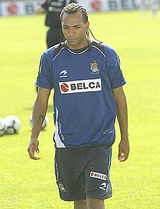 Emilio Nsue, en la imagen durante un entrenamiento de la Real Sociedad, volverá a Castalia como líder de la Liga Adelante