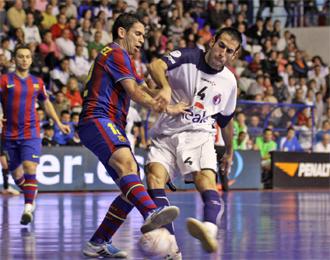 Fabián pugna por un balón con Jordi Sánchez. Cartagena, tras su victoria ante el Barça, visita Segovia.