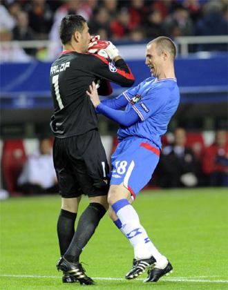 Palop atrapa un bal�n ante un rival del Glasgow Rangers.