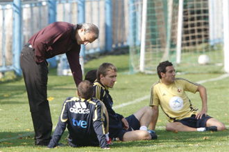 El doctor Celada charlando con Iniesta.