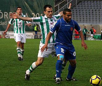 Gerardo presiona a Moha durante el C�rdoba-Girona de finales de noviembre en el Arc�ngel