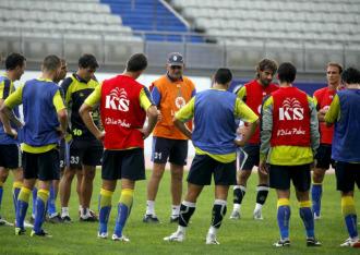 Sergio Kresic charla con su plantilla durante un entrenamiento de Las Palmas.