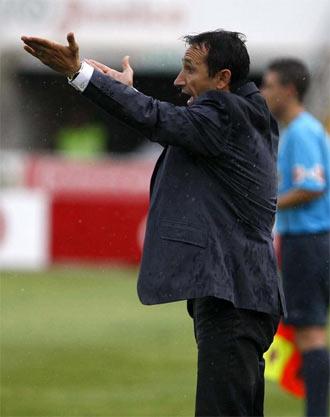 Juan Carlos Oliva da indicaciones a sus jugadores durante un partido