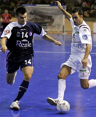 Andrea controla un balón ante la atenta mirada de Sergio Lozano
