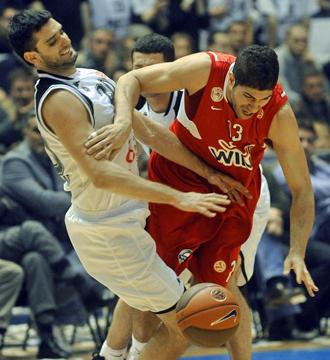 Vasilopoulos y Bozic pugnan por una posesi�n durante el tenso Partizan-Olympiakos del pasado noviembre.