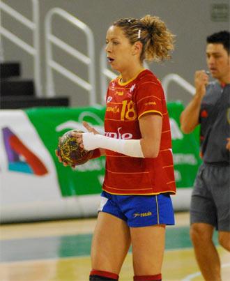 Bego�a Fern�ndez con el bal�n duranteun partido