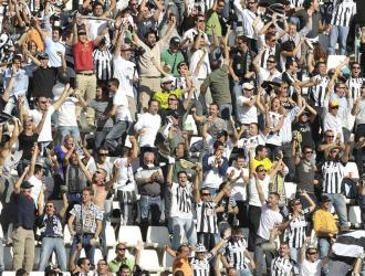 La afici�n del Cartagena celebra un gol