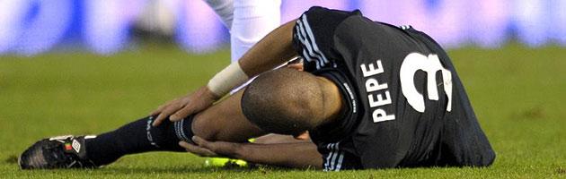 Pepe se agarra la rodilla derecha tras lesionarse en Mestalla