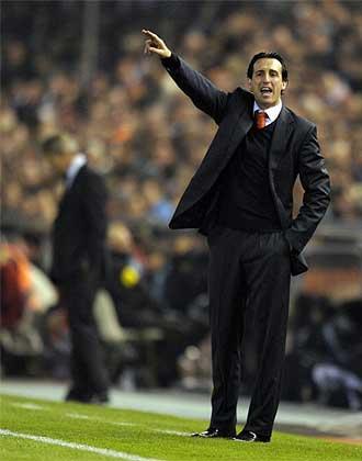 Emery da instrucciones durante el partido frente al Madrid.