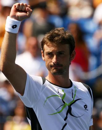 Juan Carlos Ferrero levanta el pu�o en se�al de victoria.