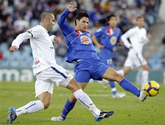 Manolo Mart�nez intenta frenar a Gavil�n durante el partido contra el Getafe.