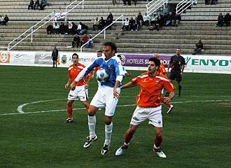 Al fondo de la imagen, se aprecia el asistente que fue agredido durante el choque entre Benidorm y Lleida que fue suspendido en Foietes