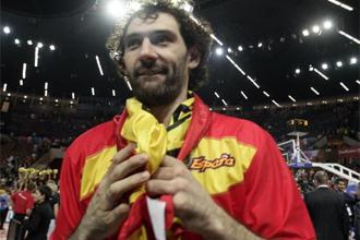 Jorge Garbajosa con una bandera de España tras ganar el Europeo en Polonia.