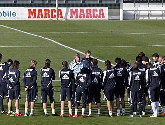 Manuel Pellegrini charla con sus jugadores antes de una sesión de entrenamiento en Valdebebas.