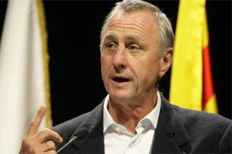 Johan Cruyff dando una conferencia en Barcelona.