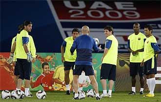 Messi sonr�e mientras participa en un rondo durante el entrenamiento de este martes en Abu Dhabi.