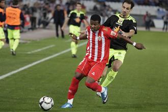 Guilherme protege un bal�n ante el osasunista Juanfran durante un partido.