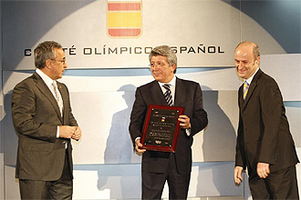 Enrique Cerezo recibe el premio otorgado por el COE