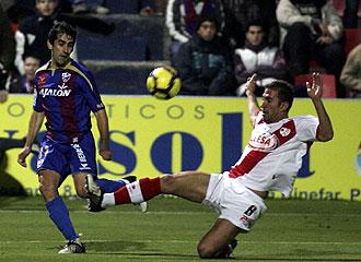Francisco Gallardo pelea por un bal�n con Angel durante el Huesca-Rayo Vallecano de hace dos semanas