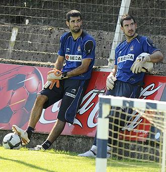 Asier Riesgo y E�aut Zubikarai descansan durante un entrenamiento de la Real Sociedad de esta temporada... actualmente son el segundo y tercer portero del equipo 'txuri urdin'