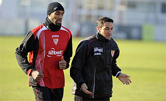 Kanout�, junto a Jim�nez, en un entrenamiento del Sevilla.