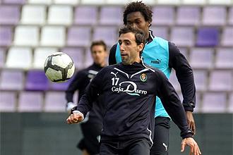 Luis Prieto cubre el balón ante Manucho en un entrenamiento del Valladolid