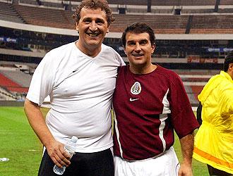 Paco Gasó y Joan Laporta posan abrazados después de un partido en el Azteca de México.