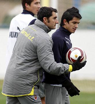 Jonathan Pereira recibe instrucciones de Ernesto Valverde, su entrenador, durante la sesi�n de trabajo del Villarreal de este mi�rcoles